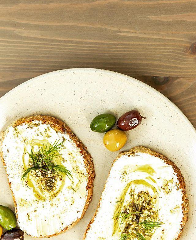 Chez St-Methode on est international et cette semaine on s'amene au Liban avec notre ingrédient du monde : le labneh ici sur notre pain allongé 9 grains avec de l'huile d'olive + thym + olives ! Vous connaissez ? || At St-Methode we go international this week we are headed to Lebanon with this world ingredient : labneh here on our 9 grains bread with olive oil + thym + olives ! Have you ever tried ?  #StMethode #Labneh #LaRecolte #Foodies