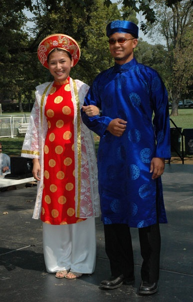 อ่าวหญ่าย (Ao dai) เป็นชุดประจำชาติของประเทศเวียดนามที่ประกอบไปด้วยชุดผ้าไหมที่พอดีตัวสวมทับกางเกงขายาวซึ่งเป็นชุดที่มักสวมใส่ในงานแต่งงานและพิธีการสำคัญของประเทศ มีลักษณะคล้ายชุดกี่เพ้าของจีน ในปัจจุบันเป็นชุดที่ได้รับความนิยมจากผู้หญิงเวียดนาม ส่วนผู้ชายเวียดนามจะสวมใส่ชุดอ่าวหญ่ายในพิธีแต่งงาน หรือพิธีศพ