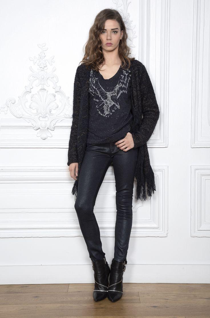 Détails audacieux inspirés de la mode indienne, des franges au motif d'aigle, dans cette tenue Eva Kayan - Collection automne - hiver 2016 / 2017. A retrouver dans notre boutique New Capucine à Vesoul.