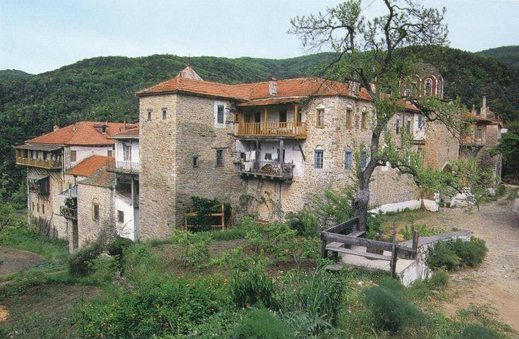 Άποψη της Μονής Κωσταμονίτου από βορειοδυτικά. / The monastery of Kostamonitou from the northwest.