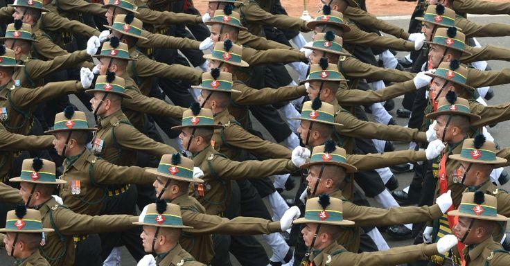 Parada da República em Nova Déli, na Índia, vira incrível desfile de chapéus.  Reuniu soldados, crianças e autoridades, mas chamou a atenção foi pela enorme variedade de chapéus apresentados: teve também essa pegada guarda florestal procurando o Zé Colmeia.  Fotografia: AFP.