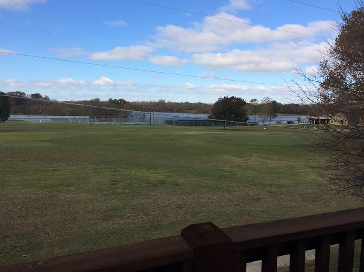 Apartment in Denison, United States. Roomy. Great view. New construction. Access to golf in backyard. Very short drive to nearby Lake Texoma. Modern furnishings and appliances. Walk to the nearby bar/grill with Sunday buffet at the Denison Country Club.  15 minute drive to Choctaw Ca...