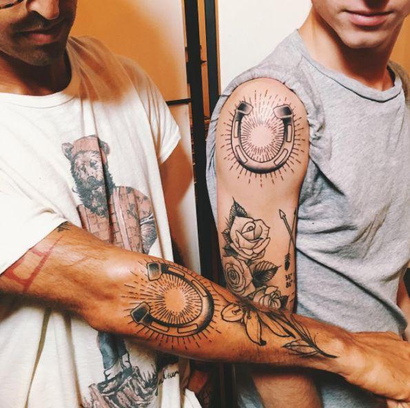 Esse sinal da sorte:   15 pares de tatuagens perfeitos para coroar um bromance