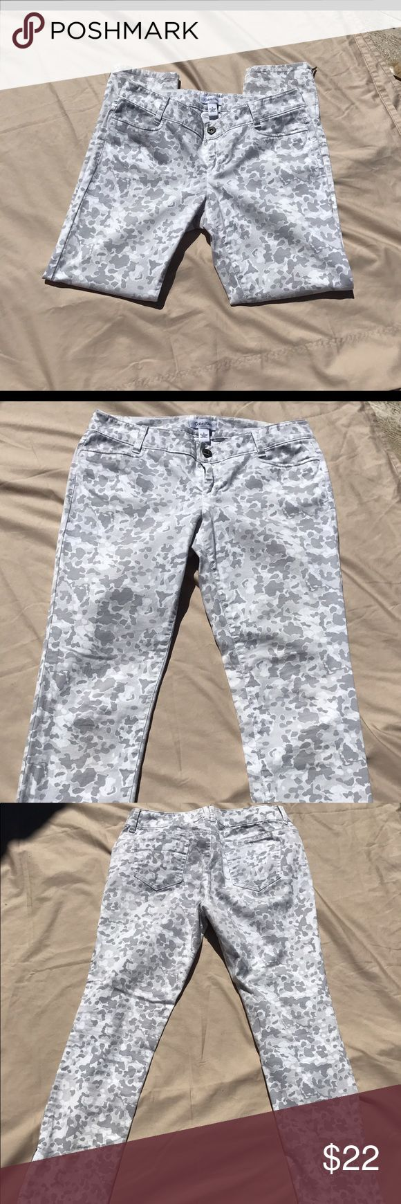 NWOT. Calvin Klein Chelsea skinny pants size 6 NWOT. Calvin Klein Chelsea skinny size 6. White and gray pretty and feminine camo pattern. Calvin Klein Pants