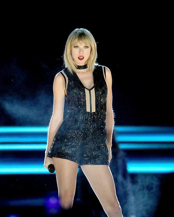 Taylor Swift performing at Formula 1 (10.22.16)