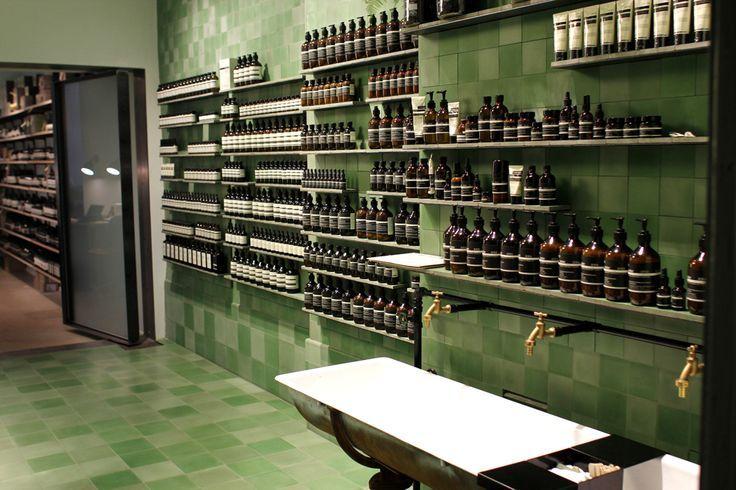 Zu Besuch: Im Aesop Store Berlin Waschbecken im Raum zum Testen der Produkte – alfredakrajciklik