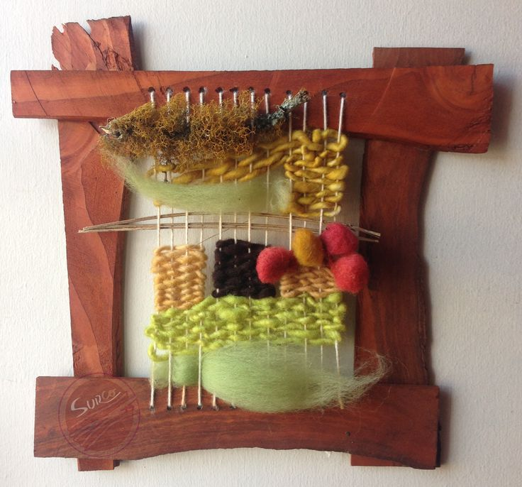 Elemento, telar decorativo en marco de madera de reciclaje, que combina distintas texturas de lana natural con elementos recogidos de la naturaleza: varas de lavanda de mi jardín y líquenes recogidos a orillas del río Laja