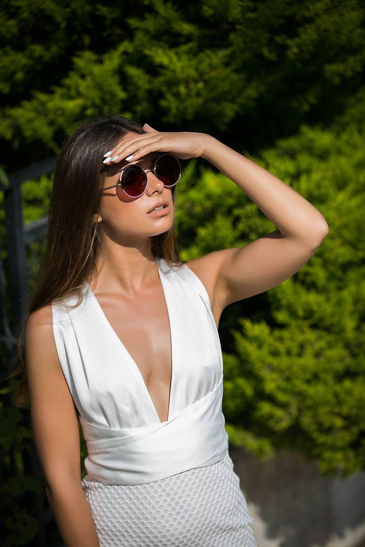 Multiform dress with satin-like ribbons. Invisible zip fastening at the back. 100% Polyester. https://www.modaboom.com/polumorfiko-forema-leuko.html