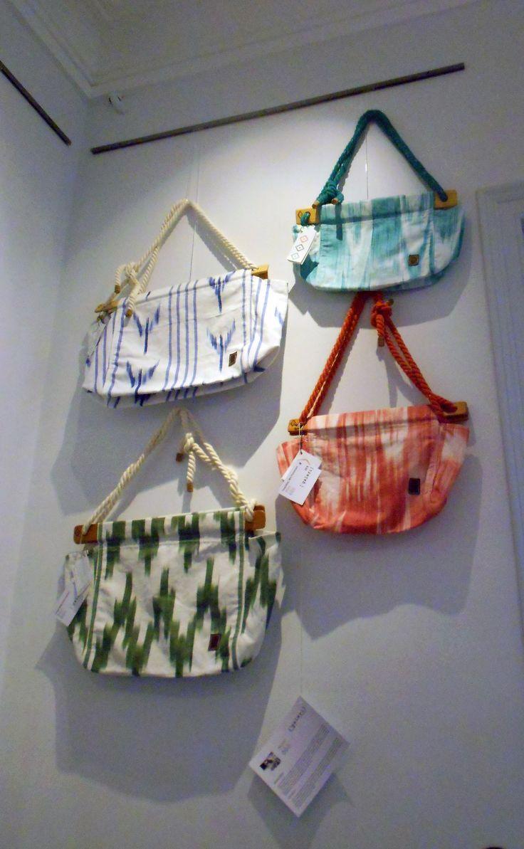 Los bolsos de los mallorquines Tonguebag llenos de esencia mediterránea. Son hechos a mano, cada uno es único y su diseño es totalmente ecosostenible.