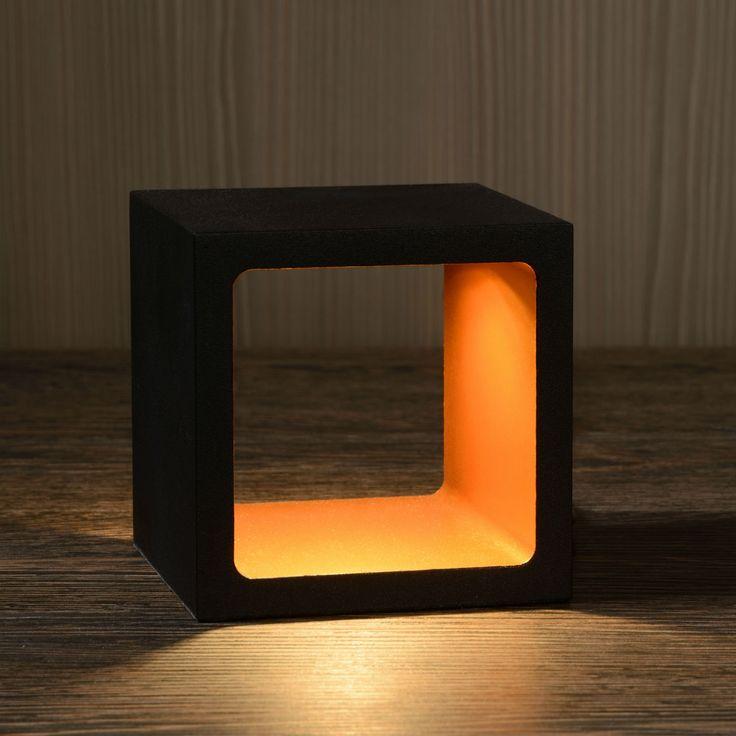 Lampe de table Xio LED est en forme de cube décoratif, l'intérieur étant éclairé. Ce luminaire s'intègre très bien dans de nombreux style d'agencements. Il peut se placer sur une table, une commode ou étagère et se distingue par sa polyvalence.