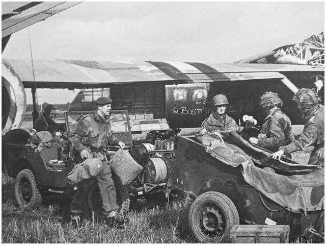 De beroemde foto met Lt.Colonel 'Sheriff' Thompson (links) die, direct na de landing, meehelpt de Horsa te legen. http://www.strijdbewijs.nl/market-garden/bridgetoofar.htm