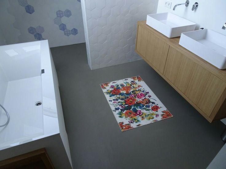 Gietvloer badkamer met niet strakke regels erbij