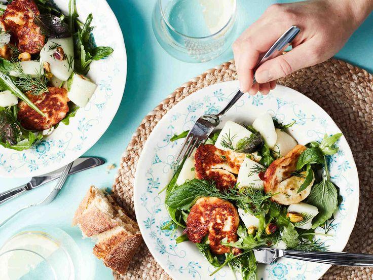 Tarjoa salaatti kesäpäivän kasvislounaana. Halloumin voi paistaa pannulla tai grillissä.
