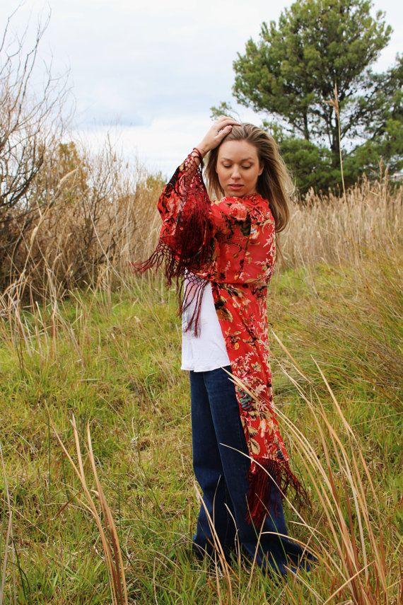 ➳ Sarahbelle Kimono ➳  HECHO A LA MEDIDA 2 SEMANAS VUELTA ***  Kimono de terciopelo rojo franja impresionante con enormes rosas repollo. Esta chaqueta vintage kimono inspirado está hecha de una seda, mezcla de rayón con mangas kimono extra grande. Tal soñador kimono para agregar a su colección.  Perfecto para la temporada de festivales de música, a la playa como una cubierta para arriba o a la roca hacia fuera sobre un cuerpo con vestido. Equipo con su corte denim offs y una banda de…