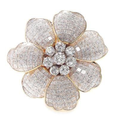 319  Harry Winston,. Broche «Fleur» ornée de huit diamants ronds centraux dans un entourage de 350 diamants taille carrée sur une monture en or jaune
