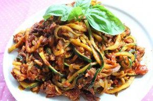 """Zutaten 400g Zucchini 280g Hackfleisch (Vom Metzger, da das abgepackte Hackfleisch zuviel Fett hat) 125ml Gemüsebrühe (Fettfrei) 1 gr. Dose Tomaten 1 Knoblauchzehe, gepresst 400g Champignons Salz und Pfeffer 1 Bund Schnittlauch, in feine Röllchen geschnitten Zubereitung Zucchini Spaghetti: Zucchini am besten mit dem """"Lurch-Schäler"""" schneiden. 1-2 Minuten blanchieren oder kochen. Hackfleisch und"""