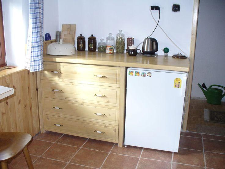 Skříňka se šuplíky a prostorem pro lednici