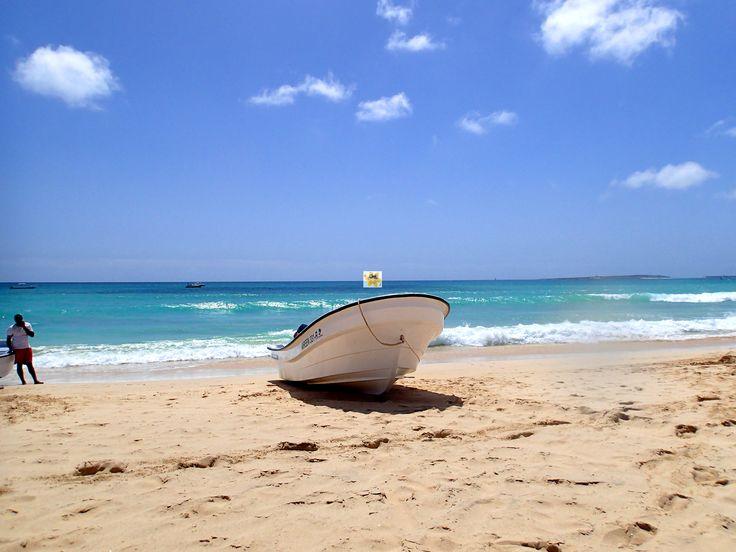 Vom #Strand #PraiaCarlota kann man sich mit einem kleinen #Boot zur #IlhéudeSalRei übersetzten lassen und dort am #Strand relaxen. Ideal zum #Schwimmen. Etwas weiter vom #Strand befindet sich ein schönes #Korallenriff welches zum #Tauchen und #Schnorcheln ideal ist. Die #Insel ist auch schnell erkundet, oben befindet sich ein kleiner Schutzwall und #Kanonen, welche von früherer Verteidigung der Insel zeugen. Auch ein wunderschöner #Ausblick erwartet den Bezwinger des kleinen Berges.