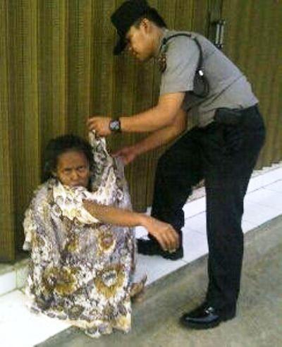 Tribratanews.com - Seorang anggota Kepolisian Sektor Nanggung Resor Bogor Jawa Barat mengenakan pakaian seorang ibu diduga terganggu kejiwaannya, Rabu (11-1