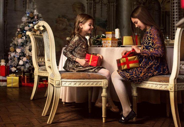 ❄️Есть такая традиция – встречать Новый год в самом лучшем наряде.✨  ✨Пора облачаться в сияющее золото и добавлять жизни блеска!   Дети не боятся быть слишком яркими – они легко становятся центром внимания и охотно развлекают взрослых своей беззаботностью.  Праздник для них вдвойне радостное событие – можно наряжаться и угощаться, не спать всю ночь и надевать платье совсем как у мамы.  А если это модель из настоящего «взрослого» гипюра, да ещё из коллекции известного модельера?…