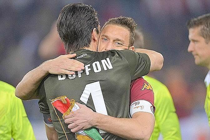 """Gianluigi Buffon sta con Francesco Totti: """"Totti è immortale"""" """"E' un giocatore immortale, è in grado di fare la differenza in qualsiasi palcoscenico. Se continuerà così la decisione sarebbe facile""""."""