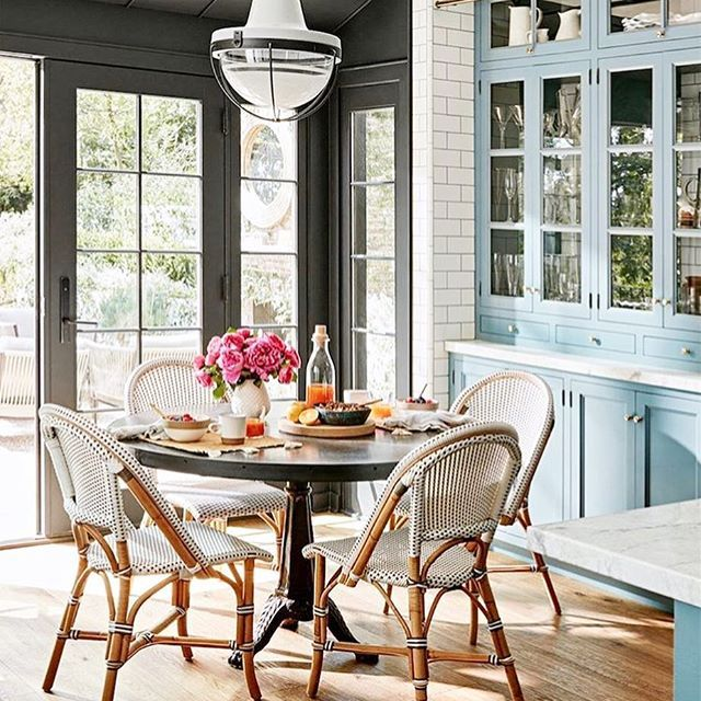 How gorgeous is this kitchen? I am just in love with the colors and textures.  Julianne Hough is one lucky lady to eat breakfast here everyday! Do you love it as much as I do? Image via @betterhomesandgardens