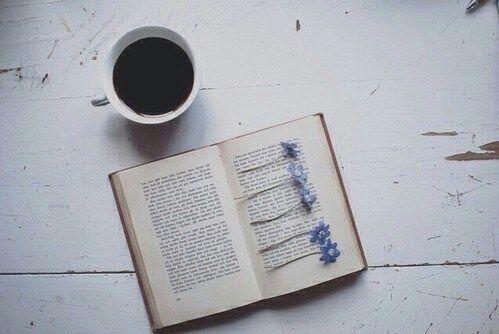 Un buon caffè, un bel libro e un tocco di primavera.. Buon pomeriggio <3