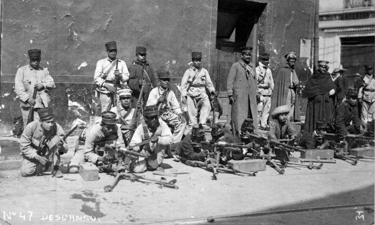 Soldados descansan en banqueta durante los combates de la Decena Trágica. (Foto: INAH)