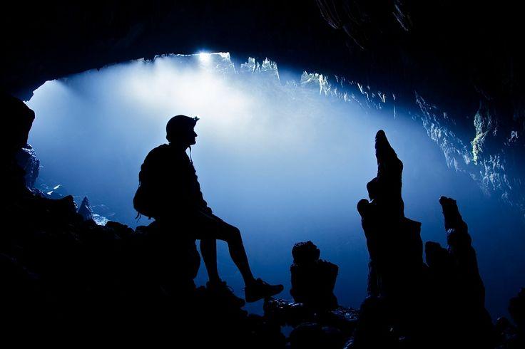 Туман в пещере .Дело во влажности - она (относительная) в пещерах с водоемами часто приближается к 100% и малейшего перепада температур достаточно, чтобы на границе начал конденсироваться туман. Пар из собственного рта - один из злейших врагов для пещерного фотографа. Но не для Джона Спайса!