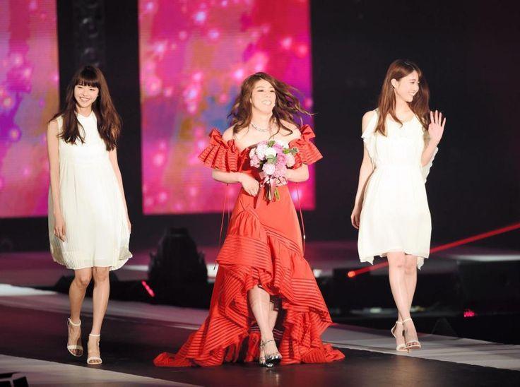 吉田沙保里 背中あいた真っ赤なドレスで登場!「五輪並みに緊張した」東京ガールズアワード
