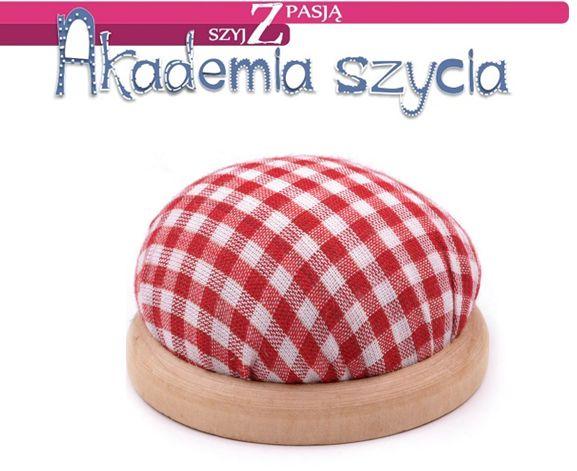 Elegancka poduszeczka na igły, szpilki z drewnianą podstawą.
