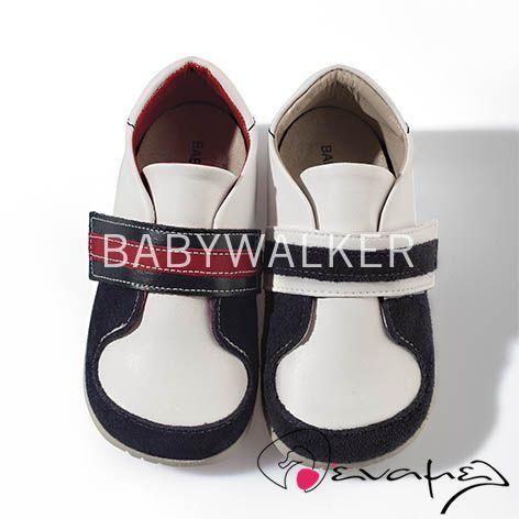 Ανατομικό παπουτσάκι για αγοράκι της ελληνικής εταιρείας Babywalker. Το παπουτσάκι αυτό είναι διαθέσιμο σε λευκό-μπλε και λευκό-κόκκινο-μπλε. Ανατομικό και 100% αντιβακτηριδιακό που αφήνει το ποδαράκι του παιδιού να αναπέει. Η σόλα του είναι ελαστική και αντιολισθητική.