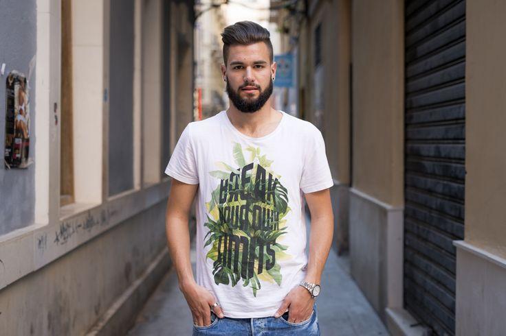 Me llamo Luis y nací en Granada hace 20 años. Hemos venido a Málaga mi novia y yo para acompañar a mi cuñada hasta el concierto de Romeo Santos. Mis estudios en la actualidad están orientados para licenciarme en.. Si quieres saber + https://www.facebook.com/HISTORIASFUGACESDEMALAGA #mens #hairstyles #portrait #streetportrait #malaga #retrato