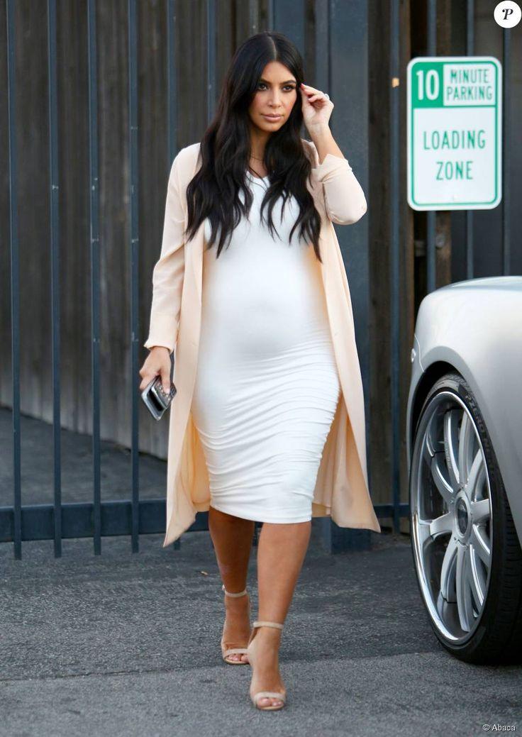 Kim Kardashian quitte un studio de tournage à Van Nuys, Los Angeles, habillée d'une veste nude Maison Margiela, d'une robe blanche Wolford et de sandales Manolo Blahnik (modèle Chaos). Le 27 juillet 2015.
