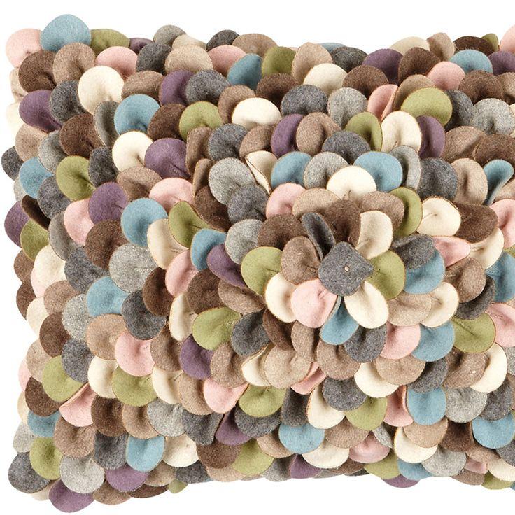Moltex kudde Confetti är en härlig fylld kudde i 70% ull och 30% polyester. Mönstret påminner om konfetti, därav namnet. Finns i tre olika färgsättningar. Innerkudden är inkluderad.Storlek: 35x50cmMaterial:70% ull, 30% polyesterFärg: pastelTvättråd: Kemtvätt