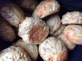 I får lige en hurtig opskrift på nogle fantastiske boller.  Det er noget af det som jeg har manglet, altså følelsen af rigtigt brød,...