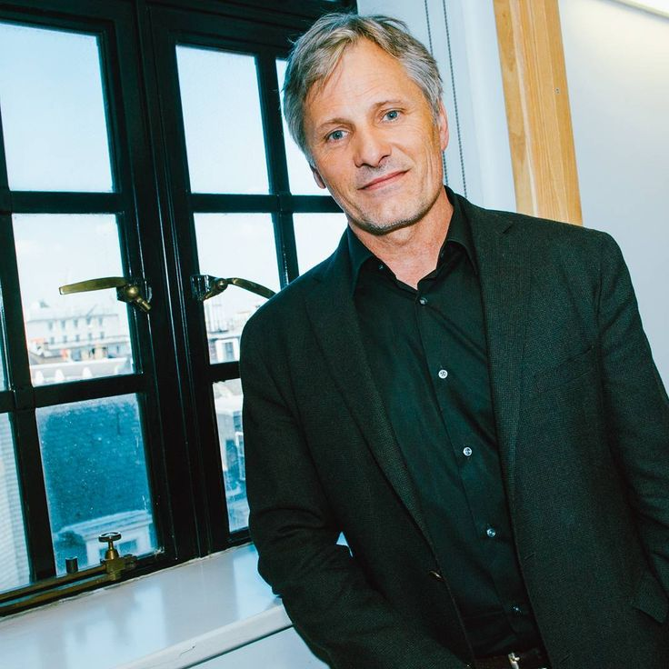 Viggo Mortensen, I'm pissed at you for not backing up Hillary in the latest election. But I guess I still love you. sigh.