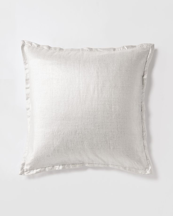 We've reintroduced one of our favorite quilt designs, bringing back the same elevated ease we fell for the first time. Hand-tufted and textural, this is a natural layering piece. Foil printed for just enough shimmer.