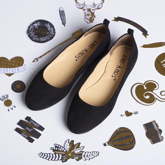 Klasyczne baleriny to wiosenny must-have w każdej szafie. 💕 Są wygodne, kobiece i pasują do wszystkiego. 😺#lankars #shoes #lanckorona #kraków #cracow #shoes #black #shoestagram #instashoes #ballerinas #gold #flatlay #fashion #fashioninsta #love #loveshoes #leather#style #beautiful #woman #girly #feminine