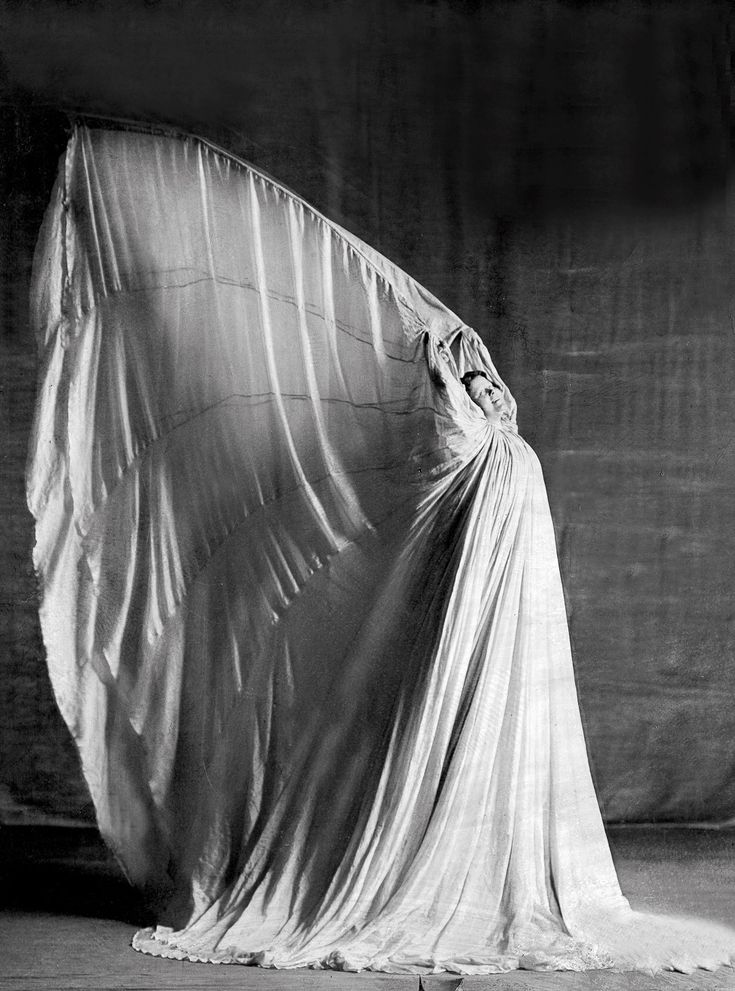 LOIE FULLER  |  How an ordinary girl from Illinois became the toast of Paris through her innovative dances.