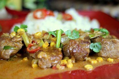 Polędwiczki Curry z Kuskusem - Aromatyczne danie kuchni indyjskiej. Polędwiczki pokrojone na grube plastry po przygotowaniu rozpływają się w ustach. Smakowało? Zostaw nam swój komentarz:)