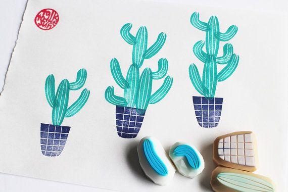 timbri di gomma intagliata a mano di vaso di cactus. giardino francobolli. set di 4. stile no2. è possibile creare tutte le forme di cactus. ogni timbro di gomma è disegnato a mano e mano scolpita da talktothesun.  DIMENSIONE: circa 2cmX2cm (0.8inX0.8in) - bollo vaso fioriera  SUI TIMBRI DI GOMMA: • blocco di spessore in gomma morbida • blocco colore può variare • non montate su maniglie o supporti • supporti o maniglie - opzionale con sovrapprezzo • materiali per ulteriore maniglia…