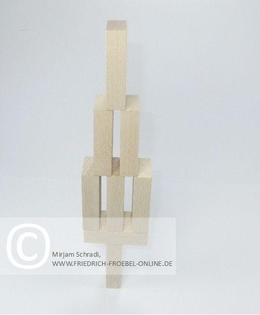 Spielgaben: Tannenbaum aus Holzbausteinen der Spielgabe 3 nach Froebel