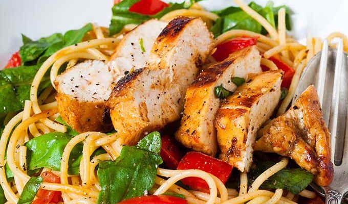 Für die One Pot Pasta mit Spinat und Räucherlachs braucht ihr nur einen Topf und 15 Minuten Zeit. Unbedingt ausprobieren!