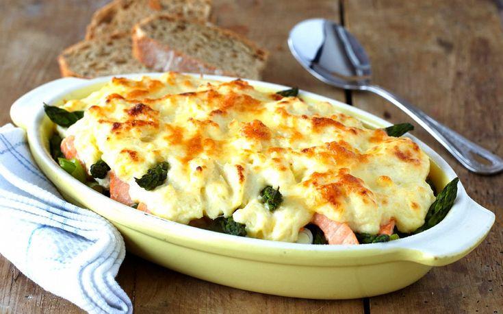 Laks og grønnsaker danner utgangspunktet for mange gode formretter. De beste gratengene er kremete inni og har et sprøtt dekke oppå, slik som denne laksegratengen med asparges. Perfekt mat å invitere venner på eller å spise i en hektisk hverdag.