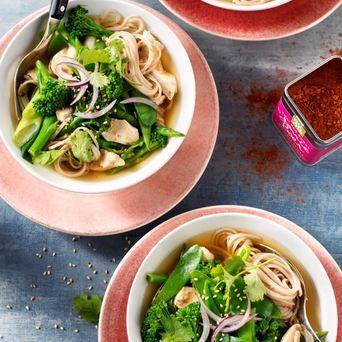 Heerlijke soep op smaak gebracht met Original Spices Thai Red Curry, gevuld met kip en undon-noodles.