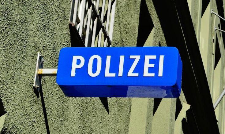 В Германии молодого человека избили стеклянным фаллоимитатором http://oane.ws/2017/12/30/v-germanii-molodogo-cheloveka-izbili-steklyannym-falloimitatorom.html  В Германии на одной из парковок во Франкфурте двое незнакомцев напали на 20-летнего мужчину. Неизвестные стали избивать молодого человека стеклянным фаллоимитатором, после чего пострадавший попал в больницу, пишет агентство hessenschau.de.