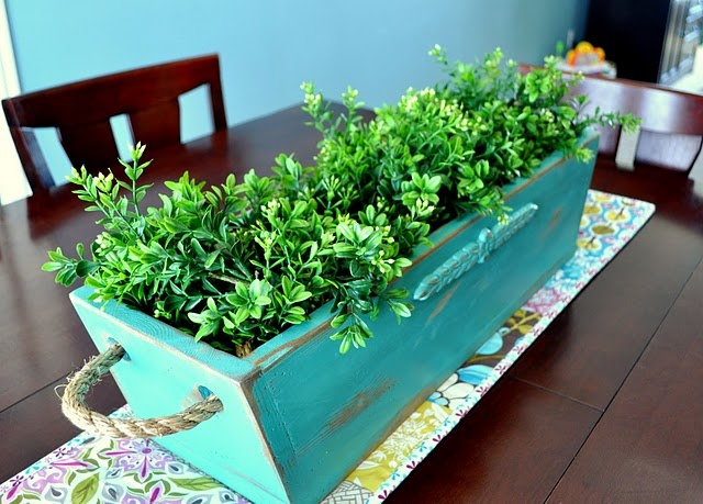Wood Planter (another wood working project!  I LOVE these, but don't have any skills yet… Seriously, this would look SO good on my dining room t…