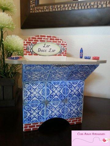 Tanquinho Lar Doce Lar (porta pregador de roupas) em mdf com pintura que imita tijolo e azulejo português.