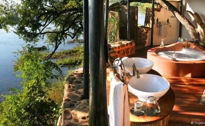 Wie wär's mit einem Bad in der Tongabezi Lodge in Sambia? Die exklusive Lodge liegt total abgelegen, nur 15 Kilometer von den Viktoriafällen entfernt. Das offene Design der Lodge garantiert den Gästen einen der besten Ausblicke in Afrika.